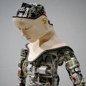 »Izumili smo terapevtskega robota, ki delo opravlja boljše kotljudje.«